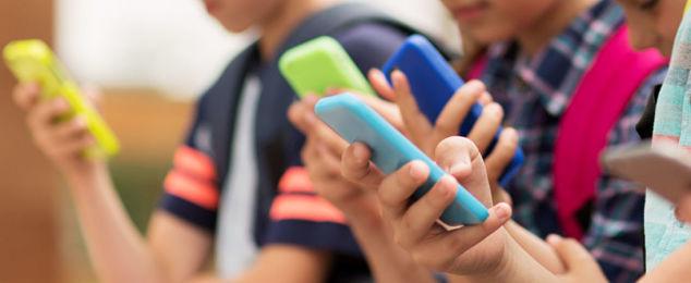 elementary school students with smartphones
